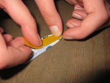 Doppelseitiges Klebeband auf den Geldschein kleben